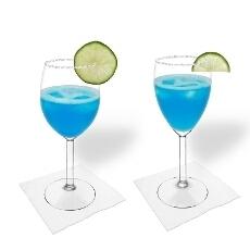Margarita Azul en una copa de vino tinto y blanco