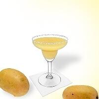 Frozen Mango Margarita en una copa de margarita decorado con una pizca de azúcar o sal.