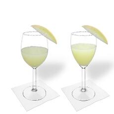 Frozen Melon Margarita en una copa de vino tinto y copa de vino blanco