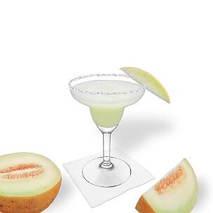 Frozen Melon Margarita servido en una copa de Margarita con pedazo de melón y pizca de azúcar o sal, es la manera más común de presentar esta bebida afrutada.