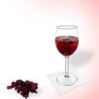 Ponche de granos en una copa de vino tinto.