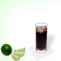 Ron y Coca-Cola en un vaso alto.