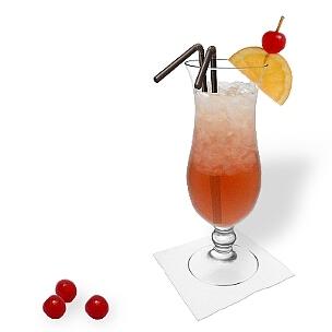 Singapore Sling servido en un vaso huracán con decoración de naranja y cereza, es una opción impresionante para presentar este cóctel con ginabra.