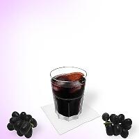 Vino tinto y Coca-Cola en un vaso tumbler.