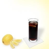 Whisky y Coca-Cola en un vaso alto.